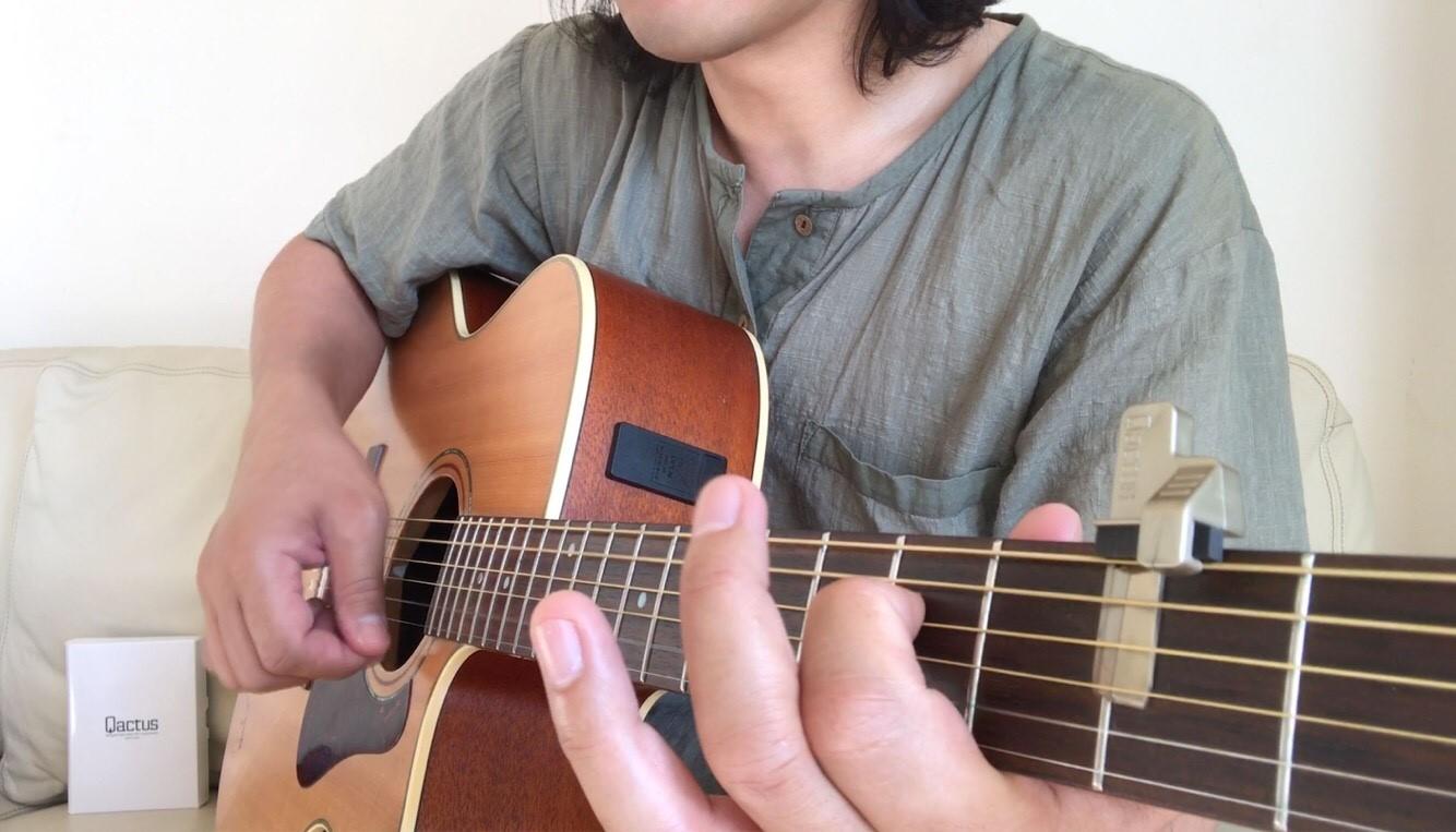 Qactusを装着したアコースティックギター